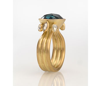 Ring in 18ct gold, 6.90 carats rose-cut Australian sapphire and diamonds