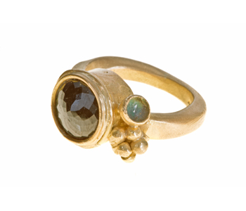 Ring in 18ct gold set with a rose cut 6ct black diamond