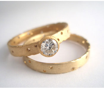 Rings in 18ct gold set with a diamond