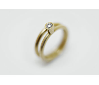 'Halo' rings in 18ct gold with diamond